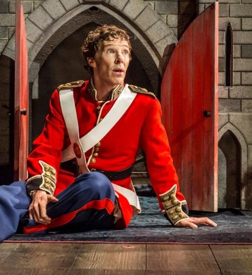 14-benedict-cumberbatch-hamlet-in-hamlet-at-the-barbican-theatre-photo-credit-johan-persson