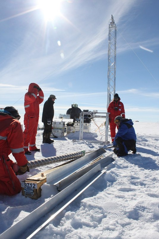 800px-Ice_core_researchers_from_AWI_drilling_at_the_EastGRIP_ice_core_site,_Greenland_2
