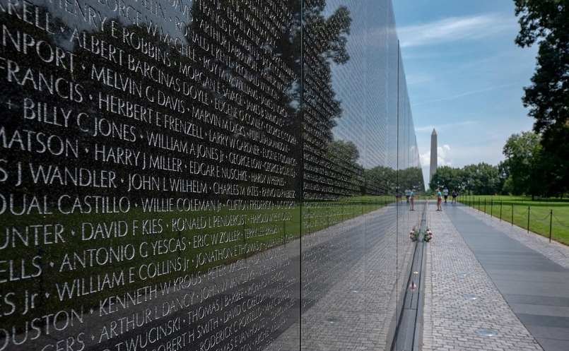 1200px-Vietnam_Memorial_Wall_with_Washington_Monument